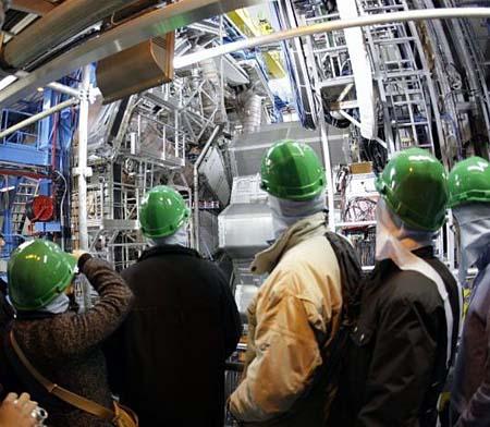 CERNのブラックホールは地球を滅亡させるか?