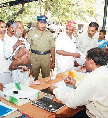 インドの投票所に現れた腹部に手足を持つ男