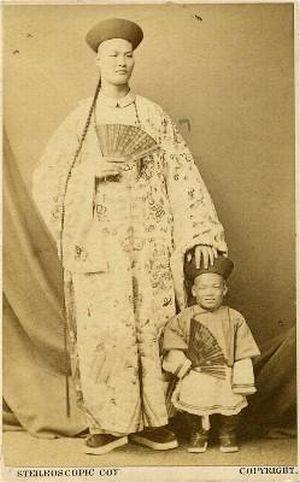 サーカスで人気のあったフリークス達の写真 身長235cm、北京のChang Woo Gow。1841年生まれ。